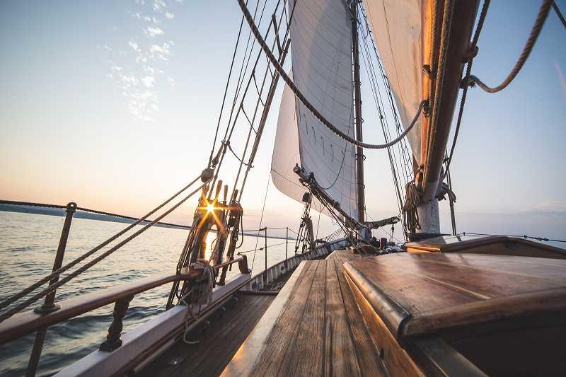 海を行く船の舳先