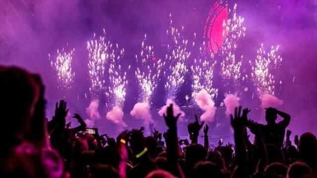 花火と共に盛り上がるライブ会場