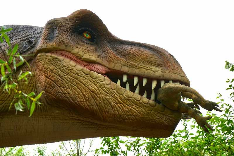 獲物を咥えるティラノサウルス