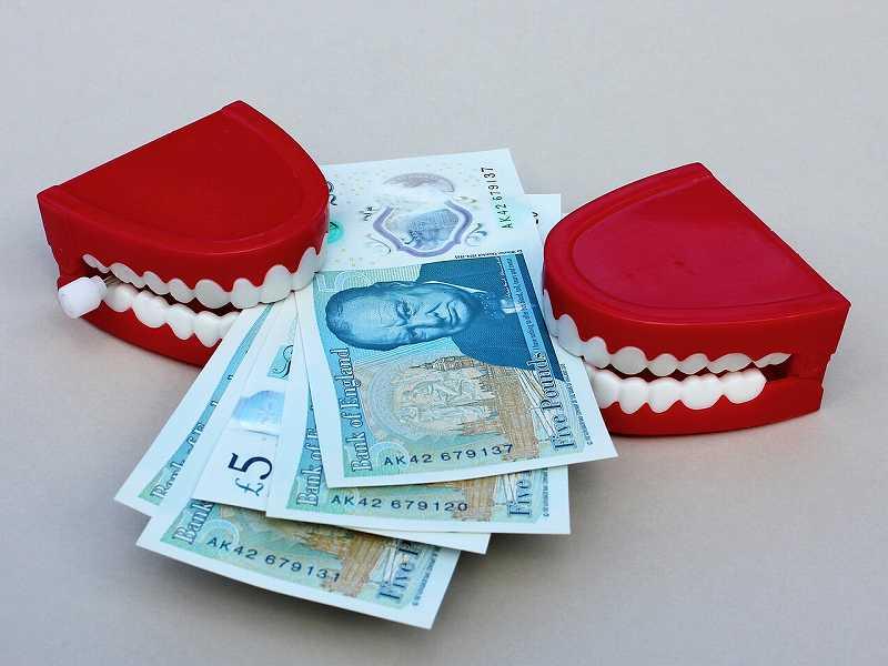 金を加えている歯
