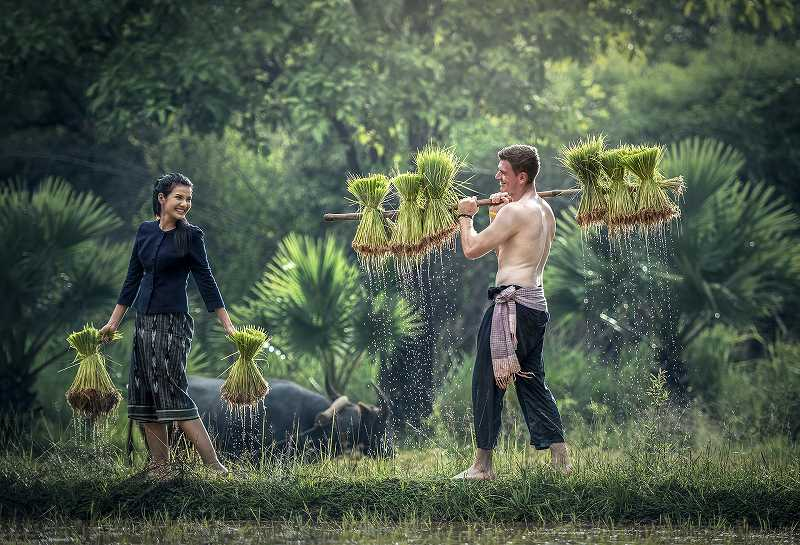 笑顔で働く男女